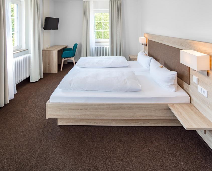 Doppelzimmer Komfort mit Doppelbett und Fernseher