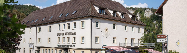 Blick auf das Hotel Pelikan mit Gartenterrasse und Hoteleingang