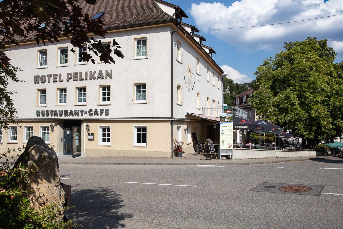 Blick auf das Hotel Pelikan mit Gartenterrasse