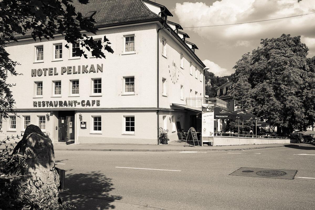 Blick auf das Hotel Pelikan mit Gartenterrasse im Retro-Look